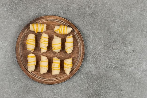 Deliziosi biscotti fatti in casa sul tagliere di legno