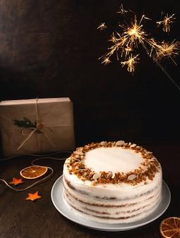생일이나 축하를위한 폭죽이있는 맛있는 수제 케이크
