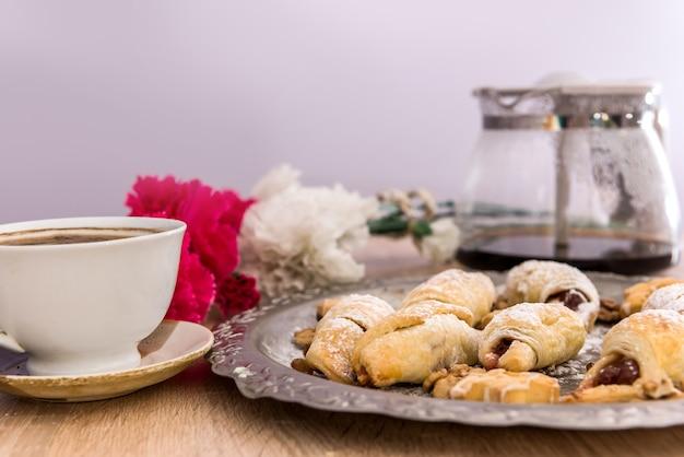 Вкусные домашние пирожные, посыпанные глазурью с кофе на столе на завтрак. домашний сладкий десерт
