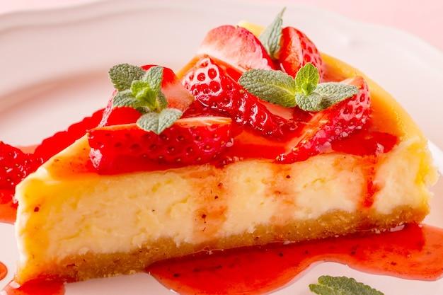 핑크에 딸기와 맛있는 수 제 치즈 케이크.