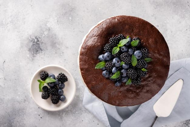 Вкусный домашний шоколадный торт с ягодами