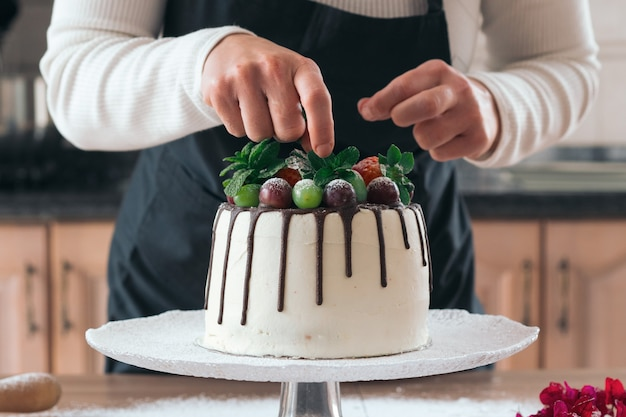 フルーツ入りの美味しい自家製チョコレートケーキ