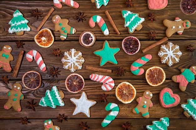 Вкусное домашнее рождественское печенье на фоне деревянного стола, вид сверху.