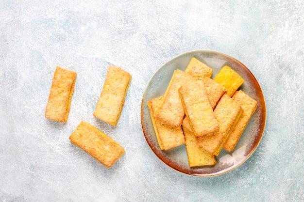 Deliziosi biscotti al cocco fatti in casa.