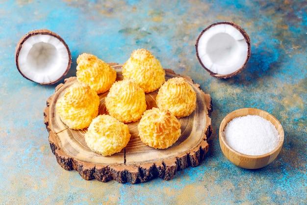 Maccheroni casalinghi deliziosi della noce di cocco con la noce di cocco fresca, vista superiore