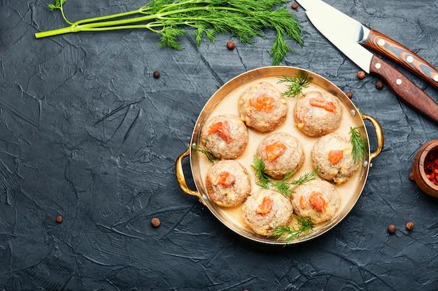 맛있는 수제 명란젓 미트볼. 연어로 장식된 생선 커틀릿.