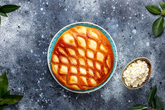 Crostata casalinga deliziosa della torta della ricotta con la ricotta e il miele freschi, vista superiore