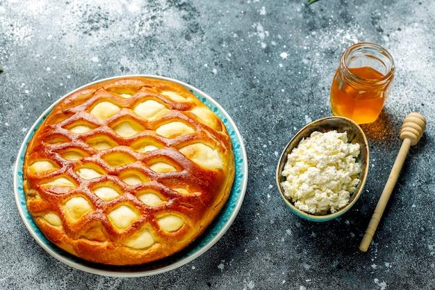Crostata fatta in casa deliziosa torta di ricotta con ricotta fresca e miele