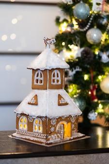 おいしい自家製ジンジャーブレッドハウス。装飾新年のテーブル。