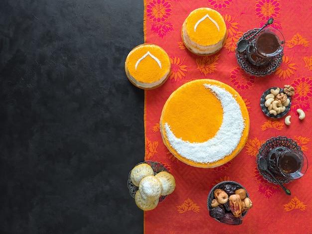 三日月の美味しい自家製ゴールデンケーキ。ブラックコーヒーと日付が添えられています。ラマダンの壁、コピースペース