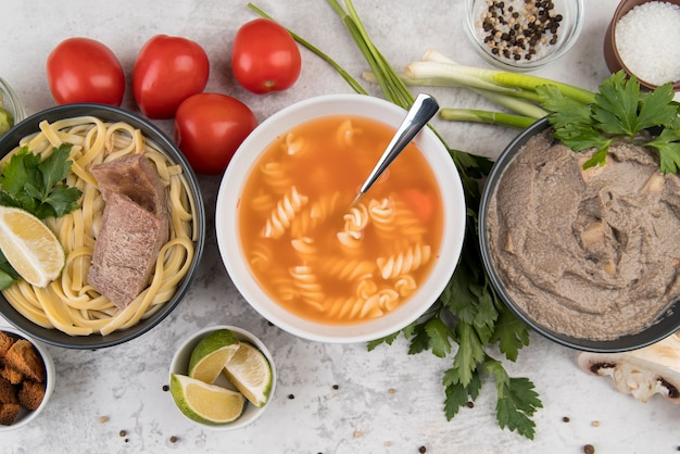 Vista dall'alto di deliziose zuppe calde fatte in casa