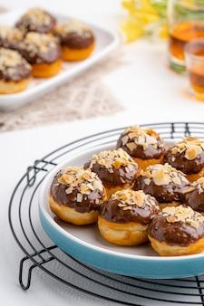 おいしい自家製ミニドーナツまたはドーナツドーナツは多くの国で人気があります