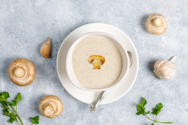 Вкусный домашний грибной крем-суп, вид сверху