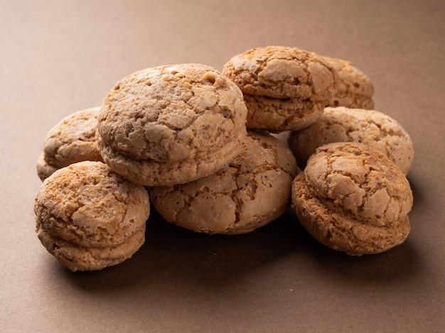 따뜻한 갈색 톤의 맛있는 수제 너트 쿠키가 클로즈업됩니다. 소박한 스타일, 배경 쿠키입니다.