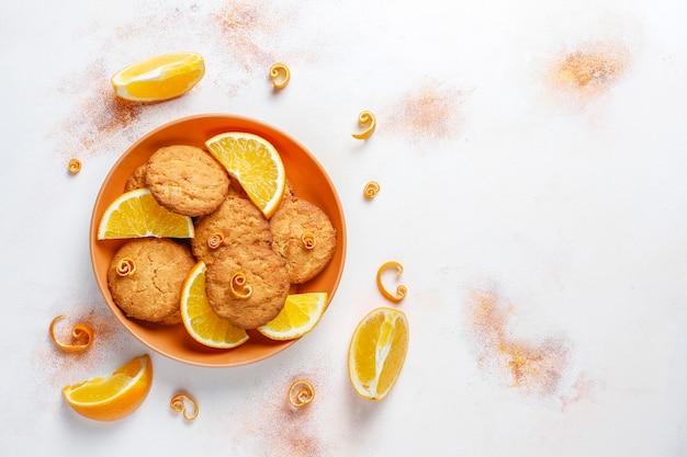 맛있는 수제 오렌지 풍미 쿠키.