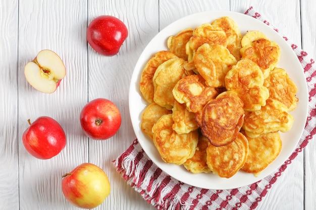 ジューシーなリンゴを詰めたおいしい自家製パンケーキ