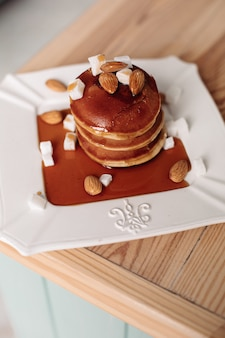 Вкусные домашние блины с шоколадным сиропом. понятие о десертах и сладостях.