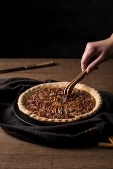 Deliziosa crostata di noci pecan fatta in casa pronta per essere servita