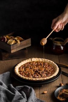 Вкусный домашний пирог с орехами, готовый к употреблению