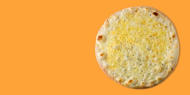 Вкусная домашняя пицца на апельсине. вид сверху