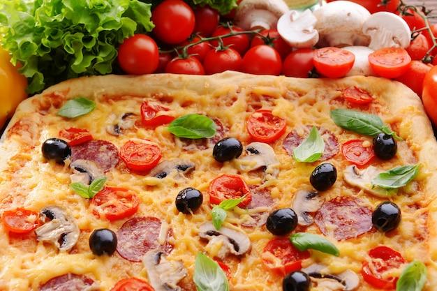 テーブルのクローズ アップでおいしい自家製ピザ