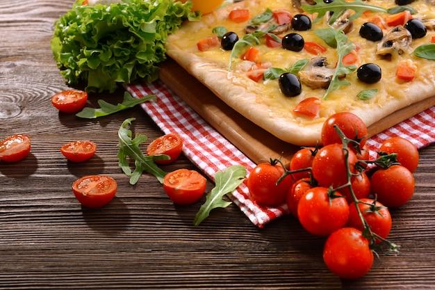 テーブルのクローズアップでおいしい自家製ピザ