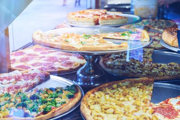 カウンターの上においしい自家製ピザ