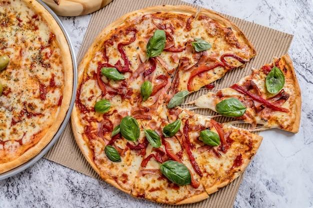 Вкусная домашняя пицца с соусом, сыром