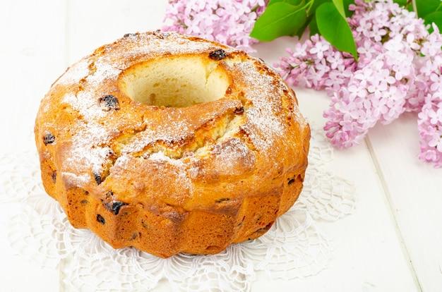Вкусный домашний кекс с изюмом и веточкой сирени