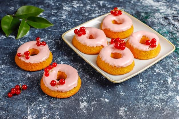 おいしい自家製赤スグリの釉薬ドーナツ。