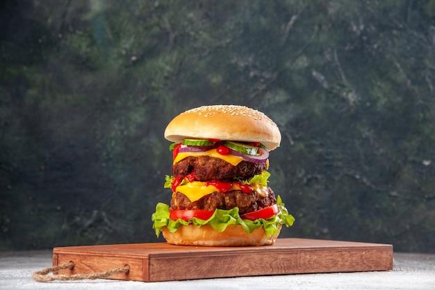 空きスペースのあるぼやけた表面にロープで縛られた木製のまな板のおいしい自家製サンドイッチ