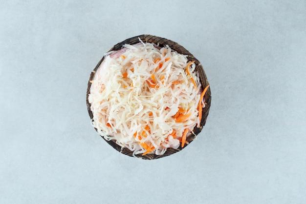 Вкусная домашняя квашеная капуста в деревянном ведре.