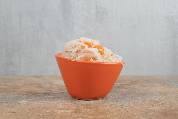 Deliziosi crauti fatti in casa in una ciotola arancione