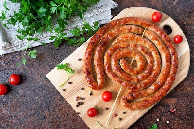 おいしい自家製ソーセージ、串焼きのリング、チェリートマト。オクトーバーフェストスナック。夏のピクニック料理。上面図