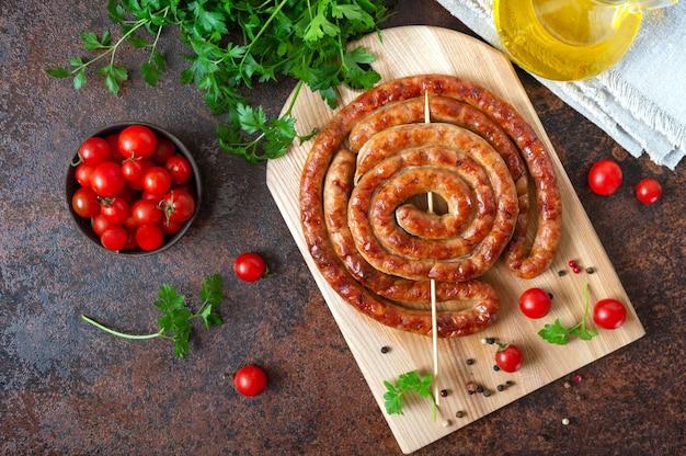 おいしい自家製ソーセージ、串焼きのリング、チェリートマト。オクトーバーフェストスナック。夏のピクニック料理