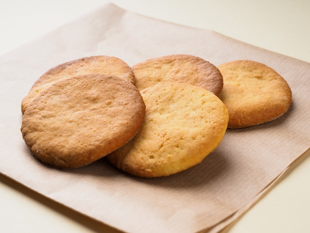 따뜻한 갈색 톤, 근접에서 맛있는 수 제 치즈, 아몬드 쿠키.