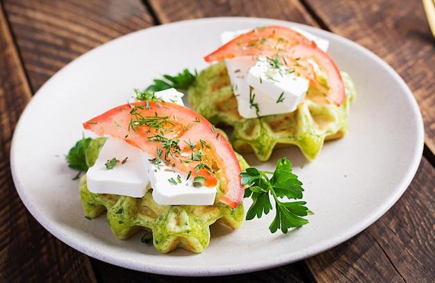 Вкусные домашние вегетарианские вафли из шпината с сыром фета и помидорами.
