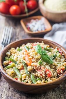 토마토, 당근, 녹두, 피망 및 신선한 바질로 만든 맛있는 수제 채식 사촌