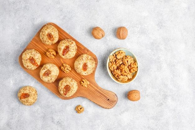Вкусное домашнее печенье с грецкими орехами и вареньем.