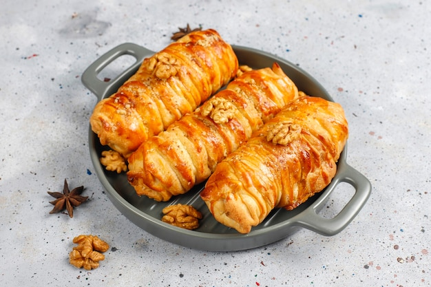 Вкусные домашние рулеты из грецких орехов.