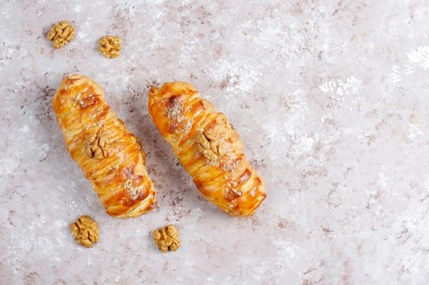 Вкусные домашние рулеты из грецких орехов. Бесплатные Фотографии