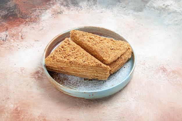Deliziosa torta al miele all'interno del vassoio bianco