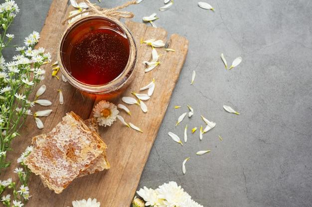 어두운 표면에 맛있는 꿀