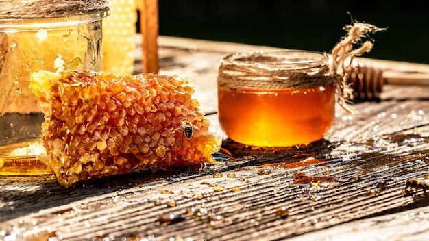 Вкусный мёд, кусочки сот и ковшик для меда