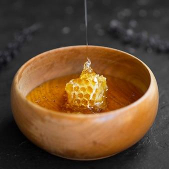 Вкусные соты в деревянной миске