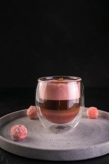 Вкусный горячий шоколад на подносе