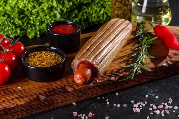 Вкусные хот-доги с разными видами булочек и колбасок