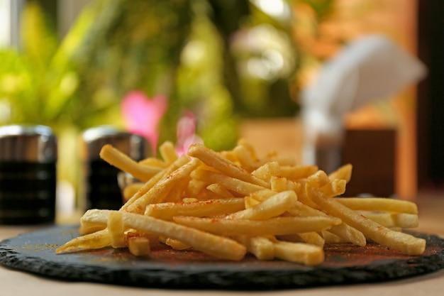 맛있는 뜨거운 감자 튀김 테이블에 제공, 근접 촬영