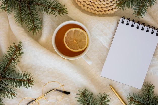 Вкусный горячий чай и ломтик лимона