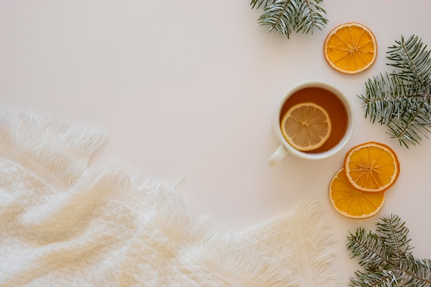 Вкусный горячий чай с дольками лимона